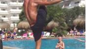 Мужчина радует плавающих в бассейне женщин