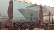 Круизный лайнер едва не разнес кафе в Венеции