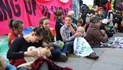 В Лондоне массово кормят грудью возле Парламентской площади