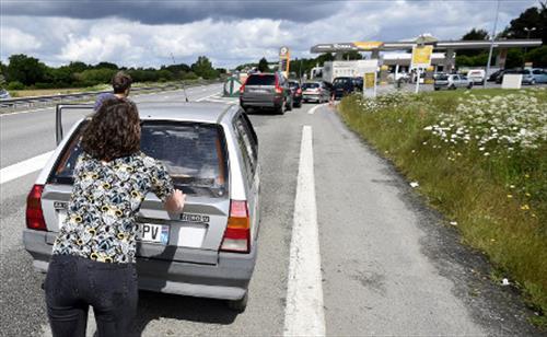 На заправках Франции кончается бензин